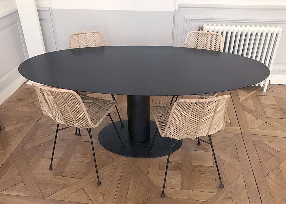 TABLE HAUTE OVALE AVEC PIED CENTRAL EN ACIER BRUT SUR MESURE.
