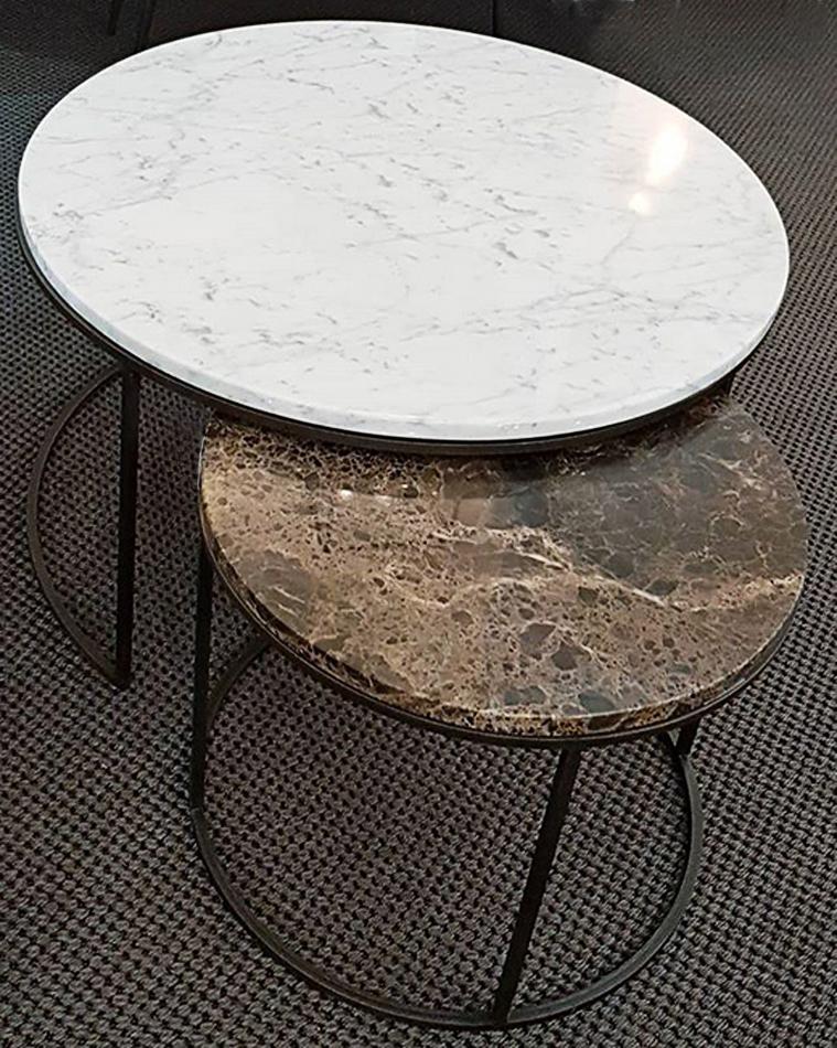 SET 2 TABLES GIGOGNES RONDES AVEC PLATEAU LAITON OU MARBRE.